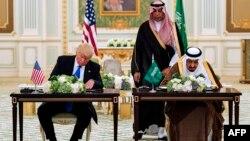 El presidente Donald Trump y el rey Salman de Arabia Saudi firman acuerdos en la Corte Real de Riad.