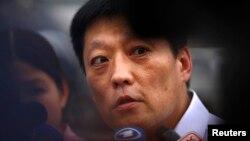 중국 법원이 16일 노벨평화상 수상자인 반체제 인사 류샤오보의 처남 류후이에게 11년 징역형을 확정한 가운데, 류후이 측 샹바오준 변호사가 법원 밖에서 기자들의 질문에 답하고 있다.
