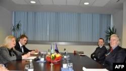 Šefica pregovaračkog tima Prištine za dijalog sa Beogradom Edita Tahiri i posrednik Evropske unije u razgovorima o tehničkim pitanjima izmedju Kosova i Srbije Robert Kuper razgovaraju u Prištini 31. januara 2012.