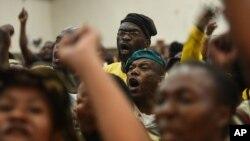 Người dân giận dữ la hét sau khi từ chối chấp nhận sự thay thế của ứng cử viên thị trưởng Pretoria tại một trung tâm cộng đồng ở Atteridgeville, Pretoria, Nam Phi, ngày 21 tháng 6 năm 2016.