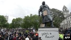 倫敦一座前英國首相丘吉爾的塑像被抗議者污損和塗鴉。(2020年6月7日)
