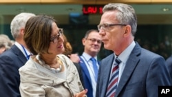 지난달 9월 벨기에 브뤼셀에서 열린 유럽연합 내무장관 회의에서 토마스 데 마이지에레 독일 내무장관(오른쪽)이 조한나 미클라이트너 오스트리아 내무장관과 대화하고 있다.