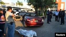 Seorang pria Belgia ditemukan tewas tertembak di pelataran parkir dekat pusat pertokoan di Acapulco (23/2). Belum diketahui siapa yang bertanggung jawab atas penembakan yang terjadi di kawasan turis Acapulco Diamante ini. (REUTERS/Stringer).