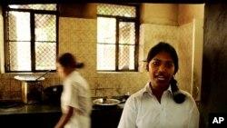 图为被一个营救组织救出的女子在印度的德里大学为学生开设咖啡厅谋生