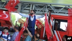 Những người phản đối cuộc đảo chính ăn mừng tại sân bay Ataturk, Istanbul, ngày 16 tháng 7 năm 2016.