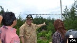 Menko Kemaritiman Indroyono Soesilo (mengenakan topi) meninjau fasilitas PLTH di kawasan pantai Pandansimo, Bantul, Yogyakarta, Jumat (6/2).