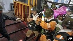11月4号三门峡一个煤矿发生爆炸,救援人员救出一名幸存者