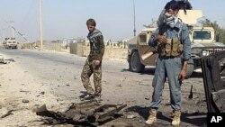 ກຳລັງຮັກສາຄວາມປອດໄພ ອັຟການິສຖານ ກວດກາ ສະຖານທີ່ຖືກໂຈມທາງອາກາດໂດຍ ສະຫະລັດ ໃນເມືອງ Kunduz, ພາກເໜືອຂອງ Kabul, ອັຟການິສຖານ. 1 ຕຸລາ, 2015.