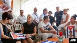 Thân nhân và các cựu tù nhân chính trị Cuba đang chờ tại một khách sạn ở Tây Ban Nha để đón thêm 2 nhân vật bất đồng chính kiến được Cuba trả tự do