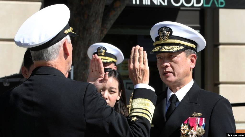 Đại tá Nguyễn Từ Huấn tuyên thệ tại lễ nhận quân hàm Phó Đề Đốc Hải quân Hoa Kỳ hôm 10/10/2019. Photo NAVSEA.