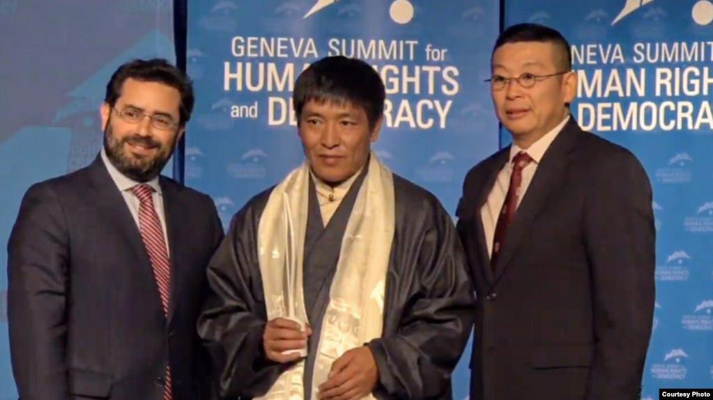 藏人導演頓珠旺青(中)在第11屆日內瓦人權與民主峰會獲頒2019勇氣獎(公民力量提供)