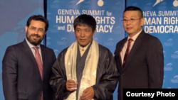 藏人导演顿珠旺青(中)在第11届日内瓦人权与民主峰会获颁2019勇气奖(公民力量提供)