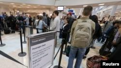 Muchas personas que ingresan a Estados Unidos con diferentes tipos de visa, se quedan en el país después que sus visas han expirado. Esa situación preocupa a los legisladores.