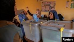 Phụ nữ Afghanistan đi bỏ phiếu trong cuộc bầu cử tổng thống tại Mazar-i-sharif, ngày 5/4/2014.