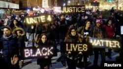 """Người biểu tình tại một số thành phố của Mỹ như Boston, Chicago, Miami và Washington hô to các khẩu hiệu như """"Mạng người da đen là quan trọng."""""""