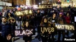 紐約曼哈頓下城區示威群眾手持標語牌抗議