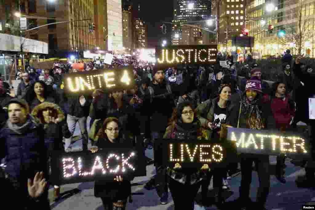 Para pengunjuk rasa berkumpul di Lower Manhattan, kota New York menyerukan keadilan atas kematian Eric Garner (4/12).