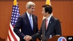 지난해 5월 존 케리 미 국무장관이 윤병세 외교부 장관과 회담한 후 기자회견에서 대북 압박을 가속화하겠다고 공언한 후 악수하고 있다. (자료사진)