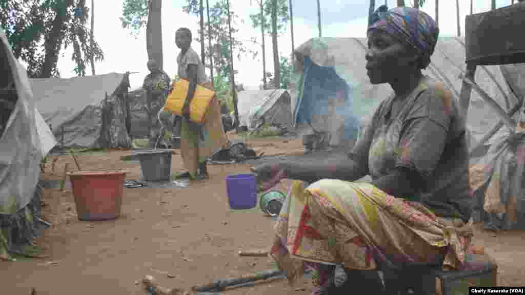 Quelques femmes déplacées internes qui ont fui les massacres répétés perpétrés par des rebelles musulmans ougandais de l'Alliance des forces démocratiques ADF, vivent dans un site à OICHA à plus de 400 kilomètres au Nord de Goma. Beni, 28 octobre 2015 (Charly Kasereka/VOA).