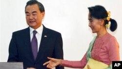 Bà Aung San Suu Kyi và Bộ trưởng Ngoại giao Trung Quốc Vương Nghị tham gia buổi họp báo chung, Naypyitaw, ngày 05 tháng 4 năm 2016.