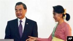 미얀마의 아웅산 수치 외교장관(오른쪽)이 5일 네피도를 방문한 왕이 외교부장과 회담을 가졌다.
