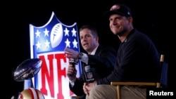 Anh em Jim Harbaugh (phải) sẽ đối đầu với John Harbaugh tại Super Bowl 47.