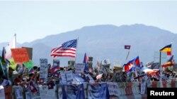 Demonstran di pinggir jalan menuju Sunnylands di mana Presiden AS Obama akan menyambut para pemimpin negara ASEAN dalam KTT AS-ASEAN di Rancho Mirage, California, 15 Februari 2016.