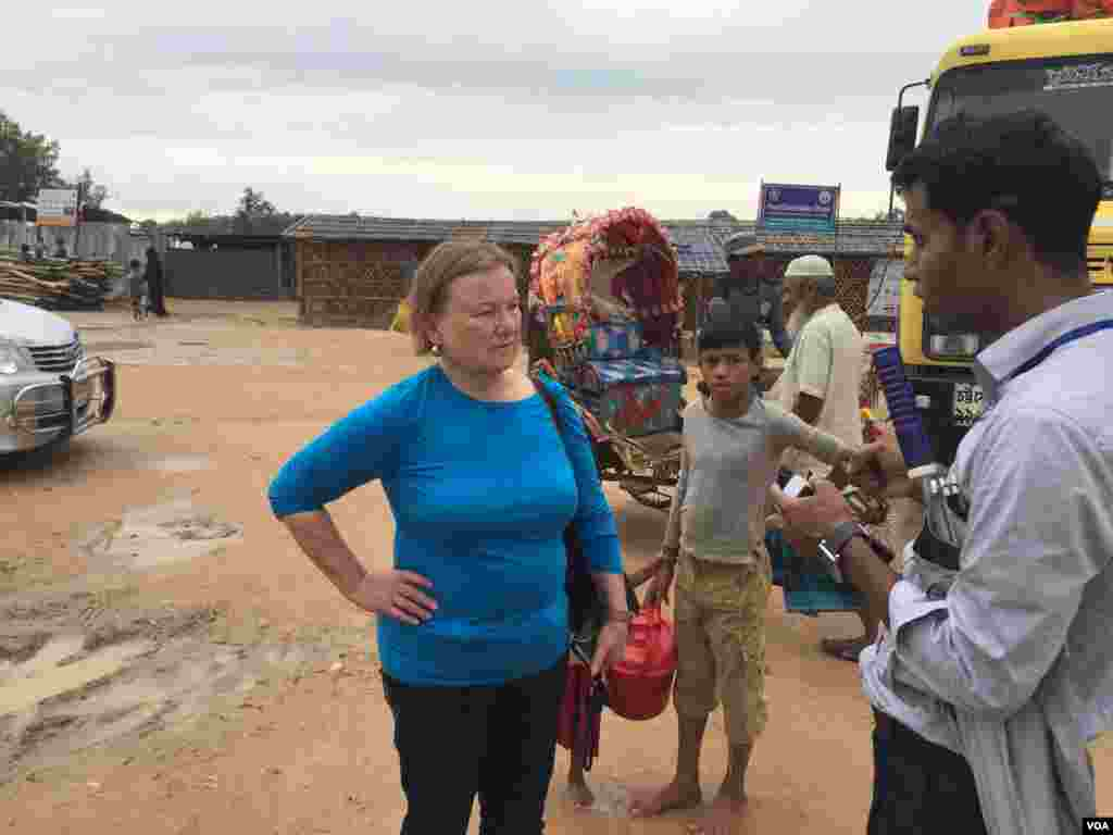 Amanda is briefed on conditions for Rohingya migrants at the Kutupalong–Balukhali camp complex.