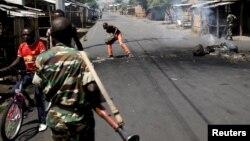 Des militaires de l'armée burundaise déployés dans les rues de Bujumbura, Burundi, le vendredi 15 mai 2015 (Reuters)