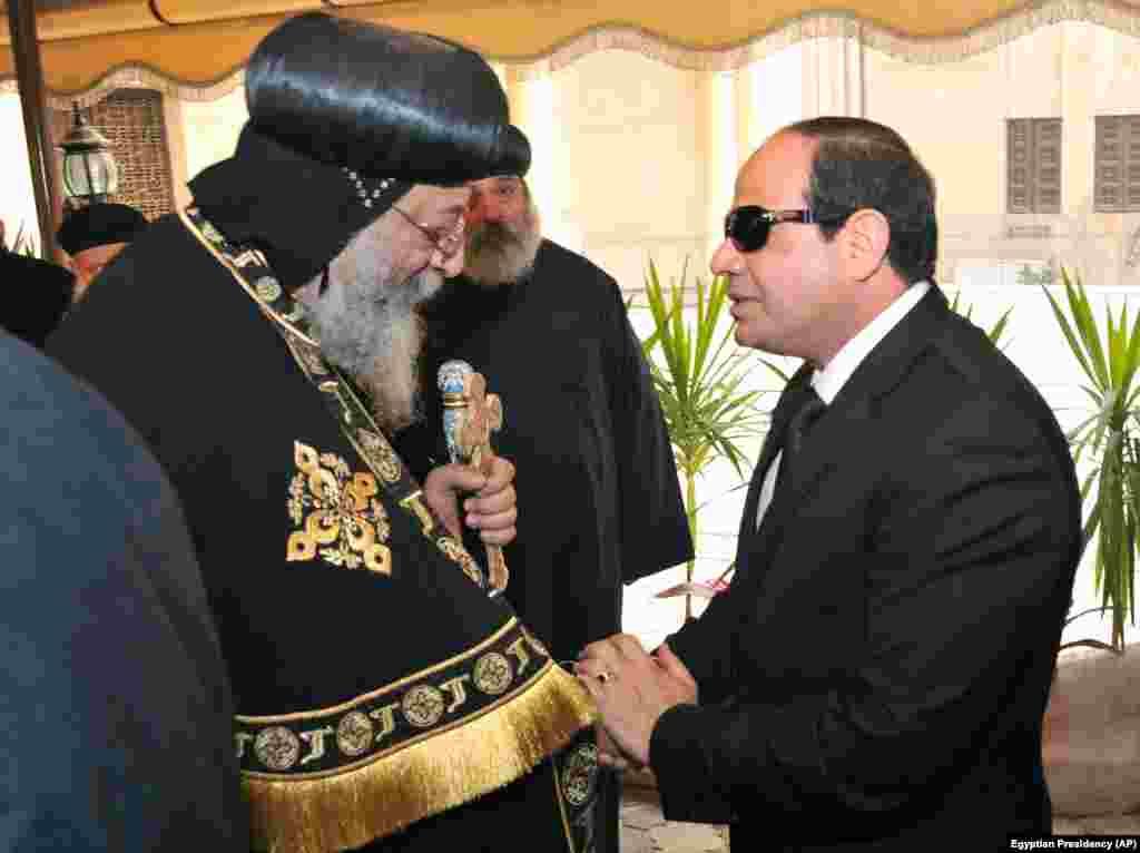 Misir prezidenti Əbdül Fəttah Əl-Sisi Qahirədəki Saint-Mark kilsəsində Koptiklərin baş ruhanisinə başsağlığı verir - 16 fevral, 2015