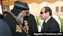 16일 압델 파타 엘 시시 이집트 대통령(오른쪽)이 이집트 콥트 기독교 교황에게 애도를 표하고 있다.