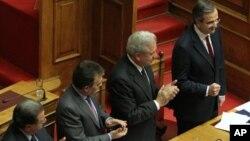 12일 2013년 예산안 승인 후, 아테네 국회의사당에서 안토니스 사마라스 그리스 총리(오른쪽)와 신민당 의원들.