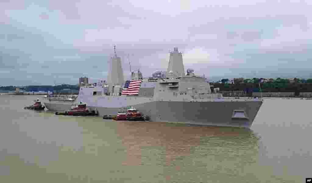 美国海军两栖坞式运输舰纽约号USS New York (LPD 21) 9月8日进入纽约市。船上载有9/11家属协会170名成员,包括遇难者家属和第一反应抢救人员。