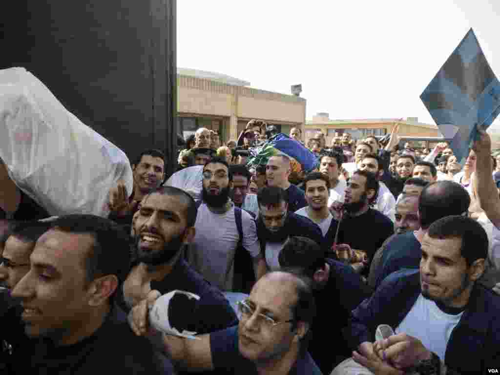 Political prisoners who benefit from the presidential pardon while they are leaving the Tora prison complex south Cairo, Egypt, Tuesday March 14, 2017. (H. Elrasam/VOA)