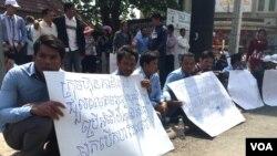 ក្រុមអតីតអ្នកបើកបររថយន្តក្រុងឲ្យក្រុមហ៊ុនកាពីតូល កាលពីថ្ងៃច័ន្ទទី៨ ខែកុម្ភៈ ឆ្នាំ ២០១៦ លើកបដា បង្ហាញពីការទាមទារឲ្យរកយុត្តិធម៌ដល់លោក ណន វណ្ណា អតីតអ្នកបើកបរឡានក្រុងឲ្យក្រុមហ៊ុនកាពីតូល និងលោក រស់ ស៊ីផៃ សមាជិកសហភាពការងារកម្ពុជា ដែលត្រូវអាជ្ញាធរមានសមត្ថកិច្ចខ័ណ្ឌ ៧មករា ចាប់ខ្លួនកាលពីថ្ងៃសៅរិ៍ ទី៦ ខែកុម្ភៈ ឆ្នាំ២០១៦ និងបញ្ជូនមកសាលាដំបូងរាជធានីភ្នំពេញ កាលពីថ្ងៃច័ន្ទ ទី៨ ខែកុម្ភៈ ឆ្នាំ២០១៦។ ពួកគេទាំងពីរនាក់នេះ ត្រូវតុលាការសម្រេចឃុំខ្លួននៅថ្ងៃច័ន្ទពីបទ «ហិង្សាដោយចេតនា ប្រឆាំងនឹងអ្នករាជការសាធារណៈ រារាំងជាឧបសគ្គដល់ចរាចរសាធារណៈ»។ (ហ៊ុល រស្មី/VOA Khmer)