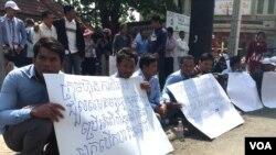រូបឯកសារ៖ ក្រុមអតីតអ្នកបើកបររថយន្តក្រុងឲ្យក្រុមហ៊ុនកាពីតូល កាលពីថ្ងៃច័ន្ទទី៨ ខែកុម្ភៈ ឆ្នាំ ២០១៦ លើកបដា បង្ហាញពីការទាមទារឲ្យរកយុត្តិធម៌ដល់លោក ណន វណ្ណា អតីតអ្នកបើកបរឡានក្រុងឲ្យក្រុមហ៊ុនកាពីតូល និងលោក រស់ ស៊ីផៃ សមាជិកសហភាពការងារកម្ពុជា ដែលត្រូវអាជ្ញាធរមានសមត្ថកិច្ចខ័ណ្ឌ ៧មករា ចាប់ខ្លួនកាលពីថ្ងៃសៅរិ៍ ទី៦ ខែកុម្ភៈ ឆ្នាំ២០១៦។ (ហ៊ុល រស្មី/VOA Khmer)