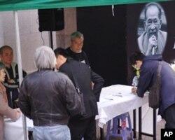 香港市民在立法会大楼外签名悼念司徒华先生