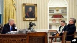 Presidente Donald Trump fala ao telefone com o primeiro-ministro autraliano Malcolm Turnbull. Na Sala Oval estão também Michael Flynn e Steve Bannon. Jan. 28, 2017 in Washington