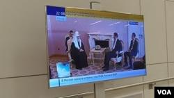 俄羅斯官方電視台5月8日晚間播放的當天習近平與基里爾會晤新聞畫面。(美國之音白樺拍攝)