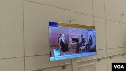 俄罗斯官方电视台5月8日晚间播放的当天习近平与基里尔会晤新闻画面。(美国之音白桦拍摄)