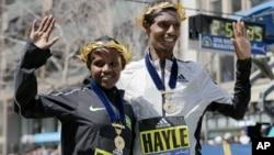 Atileetota Itoophiyaa Atsede Baysa, gama bitaati Lammii Birhaanuu maratoonii Boston dhiiraa fi dubralleen moohan,Ebla,18, 2016,Boston.