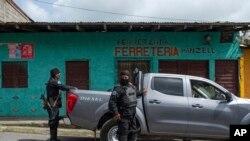 Dos oficiales de policía armados y con el rostro cubiertos en una de las calles de Jinotega, Nicaragua, donde han tomado el control.