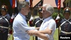 El presidente de Uruguay, Tababré Vázquez (derecha) recibió a su homólogo argentino, Mauricio Macri, en una reunión en la estancia presidencial de Anchorena, cerca de la ciudad de Colonia, el jueves, 7 de enero, de 2016.