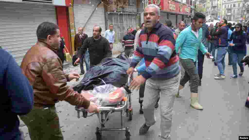 Des Egyptiens transportent le corps d'un victime, le 9 avril 2017.