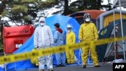 Сотрудники японского МЧС в районе АЭС в префектуре Фукусима. Япония. 13 марта 2011 года