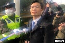 在公民记者张展的案子开庭前,律师张科科抵达上海浦东新区人民法院。(2020年12月28日)