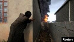 伊斯兰国激进分子在逃离伊拉克产油区奎亚拉之前点燃油井造成大火和浓烟(2016年11月4日)