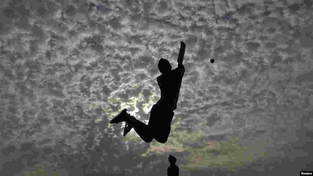 Chơi bóng criket trên bờ biển Marina ở thành phố Chennai thuộc miền nam Ấn Ðộ.