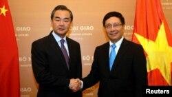 Bộ trưởng Ngoại giao Việt Nam Phạm Bình Minh (phải) bắt tay Bộ trưởng Ngoại giao Trung Quốc Vương Nghị tại Nhà khách Chính phủ ngày 4/8/2013.