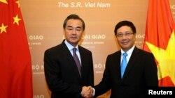 Bộ trưởng Ngoại giao Trung Quốc Vương Nghị được Bộ trưởng Ngoại giao Việt Nam Phạm Bình Minh tiếp đón tại Nhà khách Chính phủ ở Hà Nội, ngày 4/8/2013.